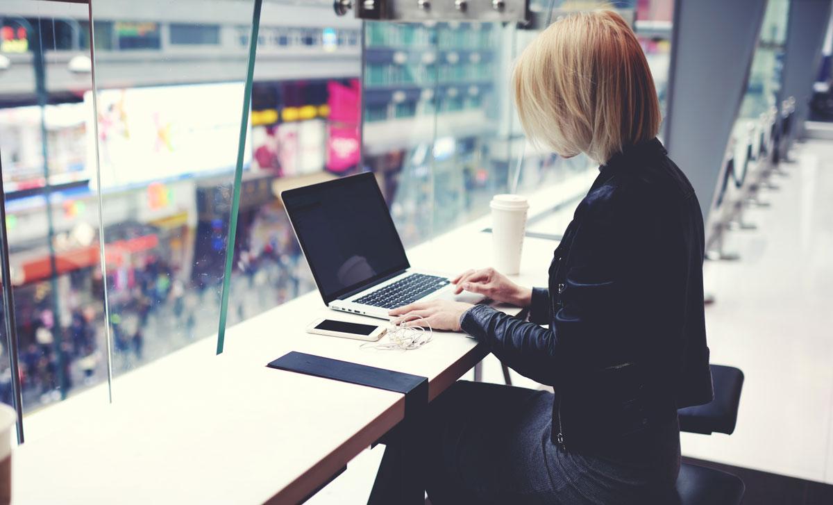 illustration d'une freelance dans un lieu de coworking