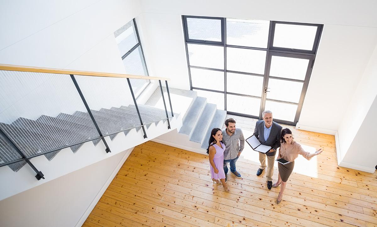 Logiciel de transaction immobilière : exemple d'une visite avec un agent utilisant un logiciel immobilier